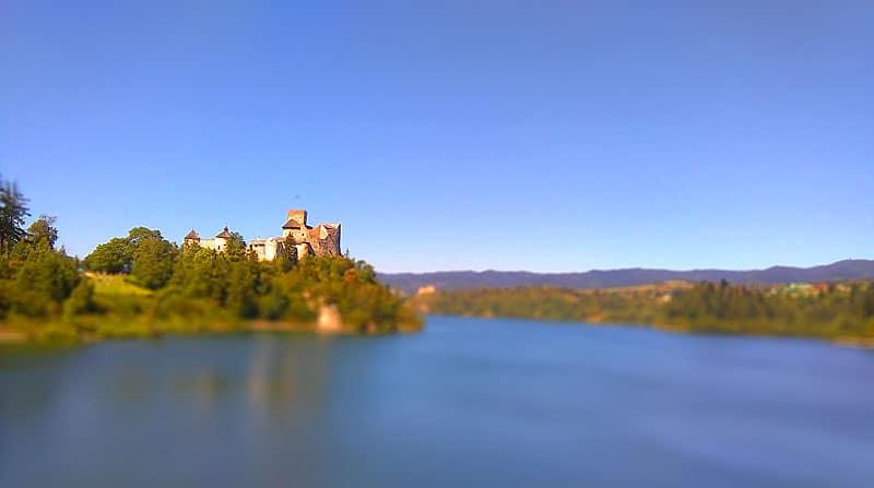 Widok z zapory Czorsztyńskiej na zamek Niedzica niebieskie niebo