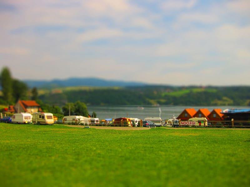 Pole namiotowe na zboczu nad jeziorem Czorsztyńskim