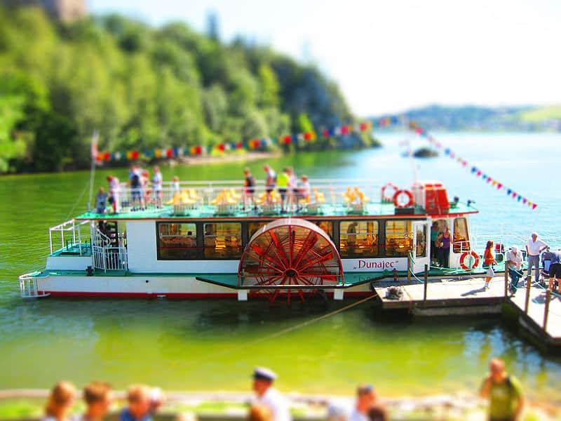 Barka nad jeziorem Czorsztyńskim pod zamkiem