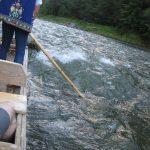 Spływ Dunajcem widok z tratwy na rwąca wodę i flisaka