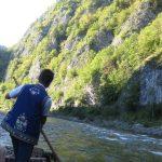 szybko przepływamy przełomem Dunajca z flisakami