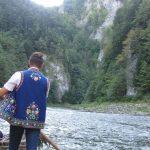 flisak prowadzi turystów przełomem dunajca