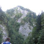 widok na góry Pieniny z tratwy, widać flisaka