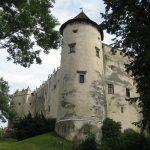 przed zwiedzaniem zamku niedzica - widok na mury obronne