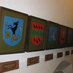 Właściciele Zamku w herbach na ścianie wewnatrz Zamku Niedzica