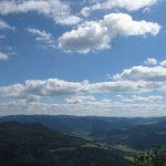 Widok z Trzech koron na horyzont i niebieskie niebo