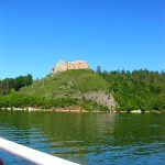widok na zamek czorsztyn z jeziora